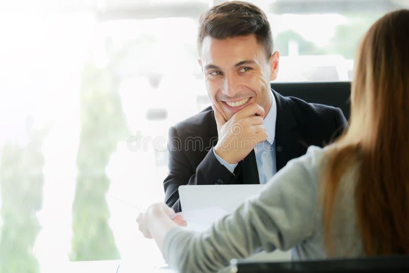 Aplicando-se para o trabalho novo, conceito da oportunidade da carreira: Entrevistas representativas executivas da gestão ou do r fotografia de stock