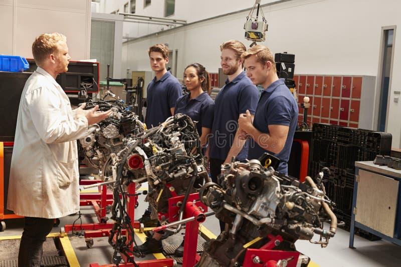 Aplikanci studiuje samochodowych silniki z mechanikiem obrazy royalty free