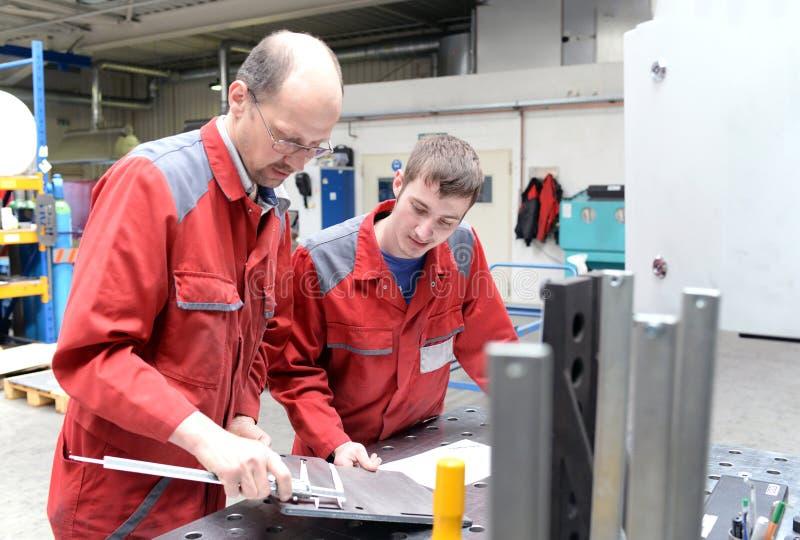 Aplikant i trener w metalworking firmie - aplikantura w handlu zdjęcia royalty free
