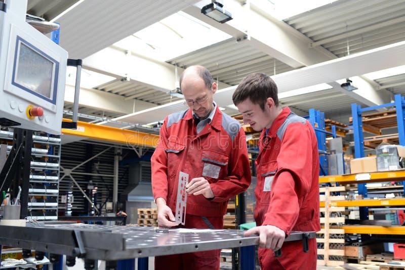 Aplikant i trener w metalworking firmie - apprenticeshi fotografia stock