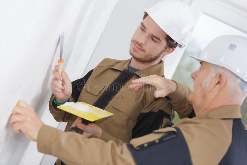 Aplikanta pracownika budowlanego uczenie z instruktorem zdjęcie stock