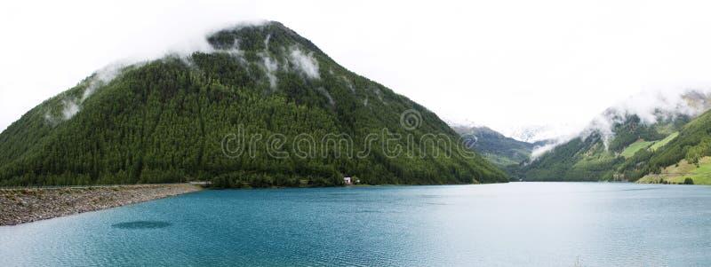 Apls góra i Fedaia jezioro jesteśmy jeziorem Belluno, Włochy obrazy stock
