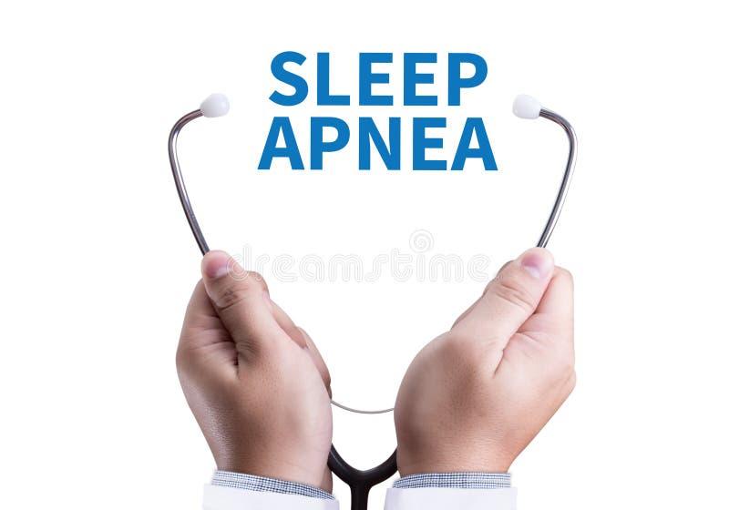 apneia do sono usando CPAP, APNÉIA DO SONO da máquina, sono do diagnóstico imagem de stock
