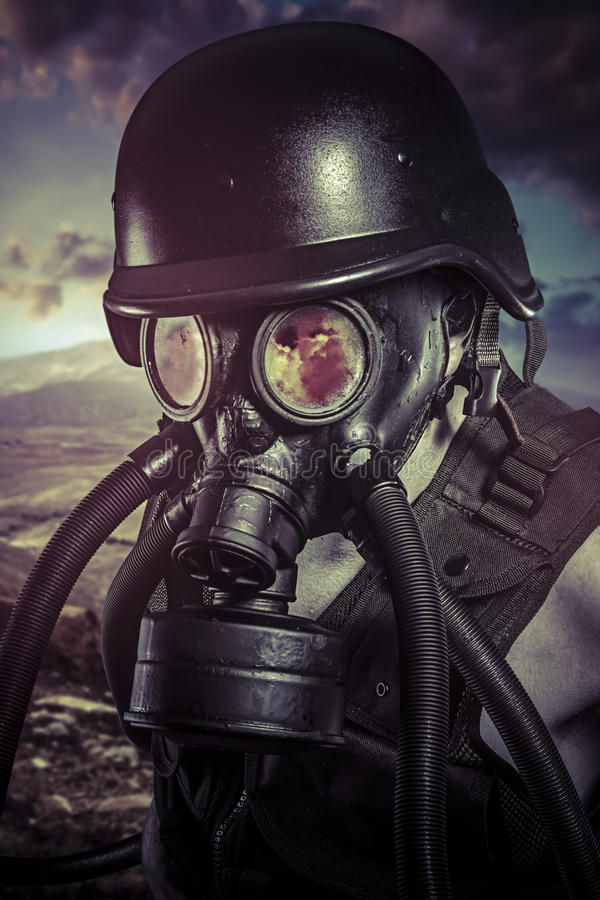 Apocalipse, desastre nuclear, homem com máscara de gás, proteção foto de stock royalty free