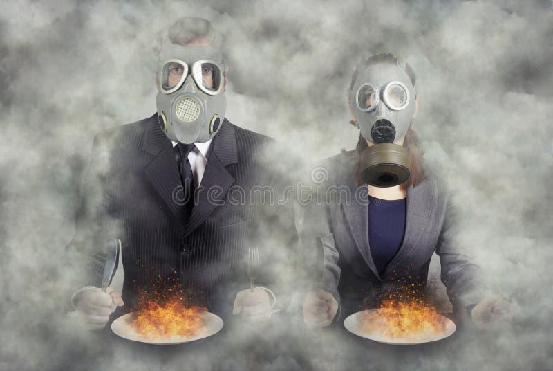 apocalyps Een paar gasmaskers bij diner royalty-vrije stock fotografie