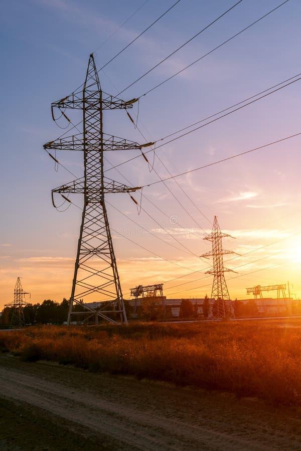 Apoia linhas elétricas de alta tensão contra o céu azul Indústria elétrica imagens de stock royalty free