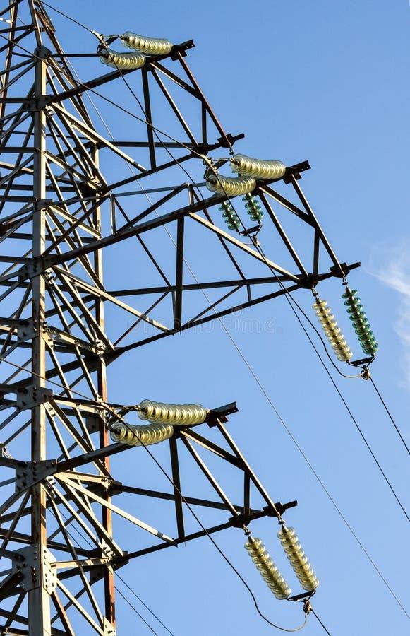 Apoia linhas elétricas de alta tensão contra o céu azul Indústria elétrica imagens de stock
