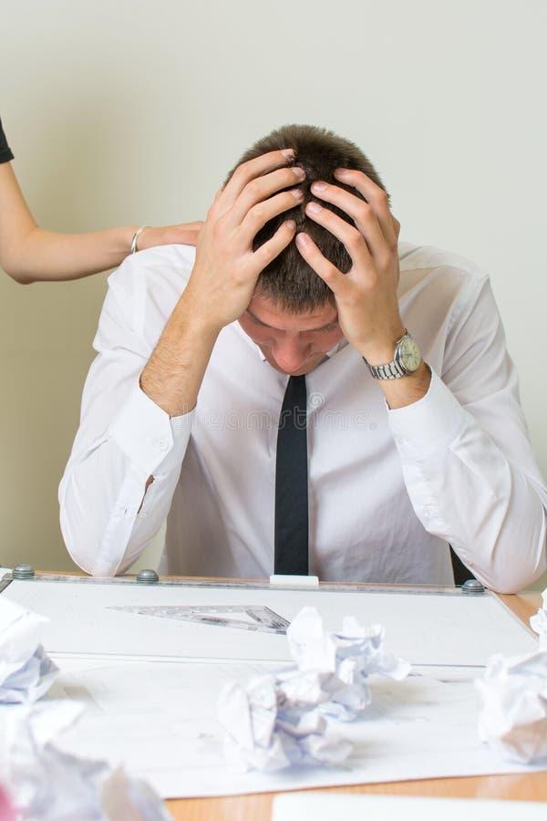 Apoiando um homem de negócios temperamental no trabalho fotos de stock