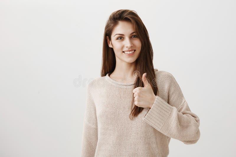 Apoie sua ideia e ajudá-lo-á Retrato interno da amiga atrativa amigável que cheering acima de sua exibição do noivo fotos de stock
