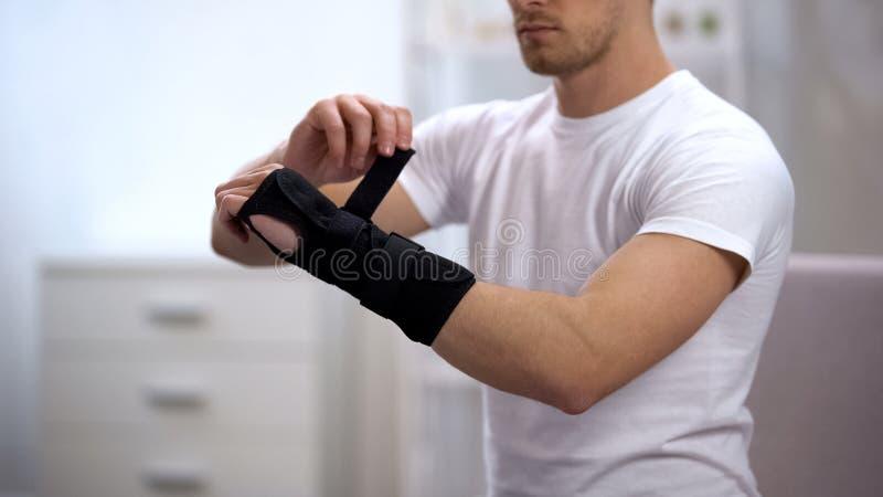 Apoio de pulso do titã do desportista, inflamação ou entorse de fixação, ortopedia foto de stock royalty free