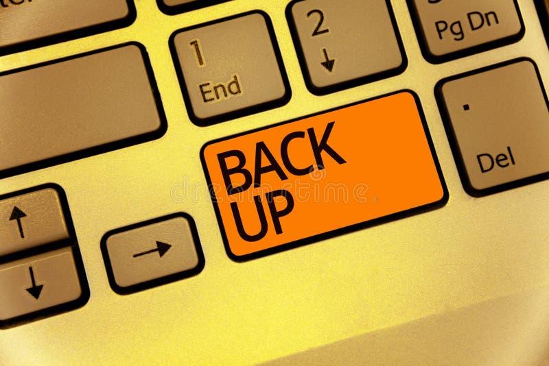 Apoio do texto da escrita da palavra O conceito do negócio para salvar dados importantes no Internet nubla-se e restaura-se os um imagens de stock royalty free