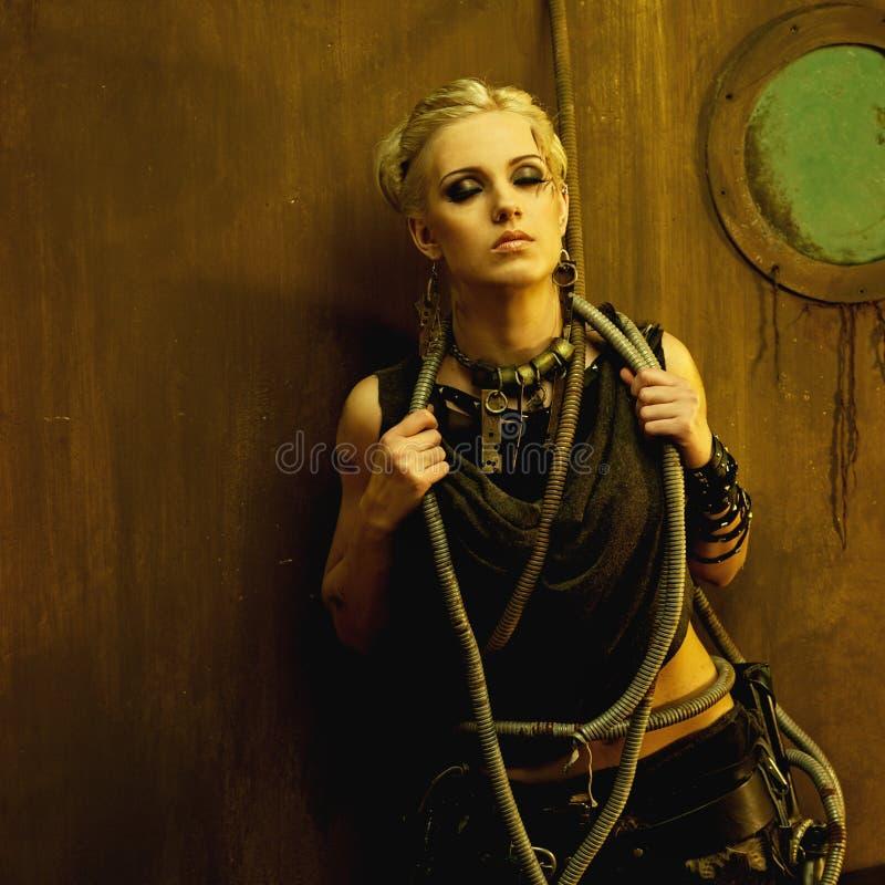 Apokaliptyczna plemienna kobieta w schronieniu zdjęcie stock