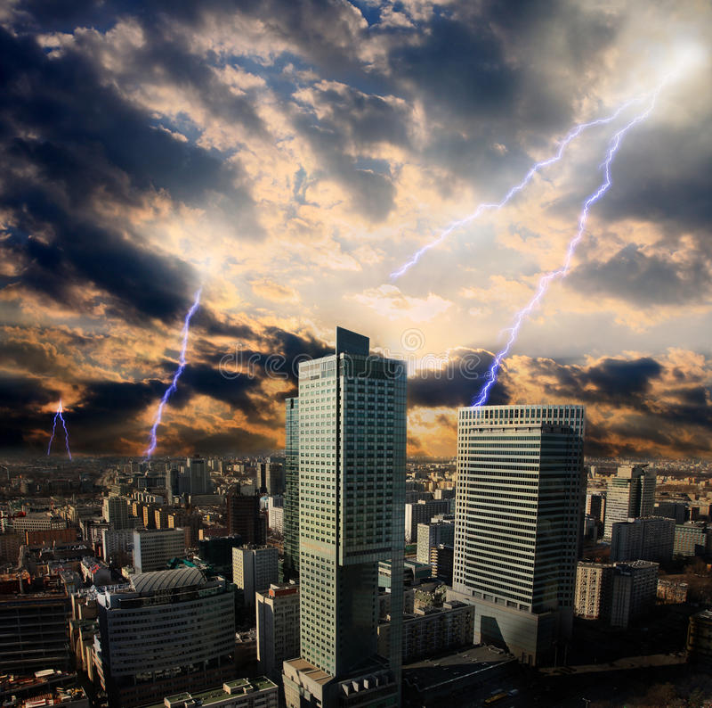 Apokalypsblixtstorm i staden stock illustrationer