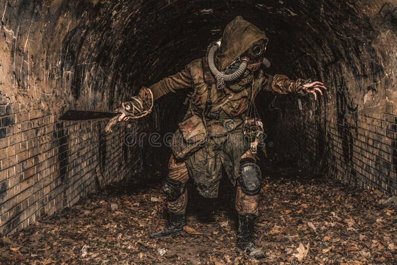 Apokalyptisk underjordisk varelse för stolpe i gasmask arkivbild