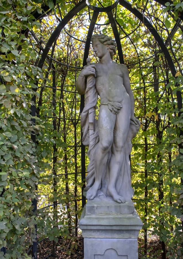 Apollo av Jan van Logteren, Rijksmuseum skulpturträdgård, Amsterdam, Nederländerna royaltyfri fotografi