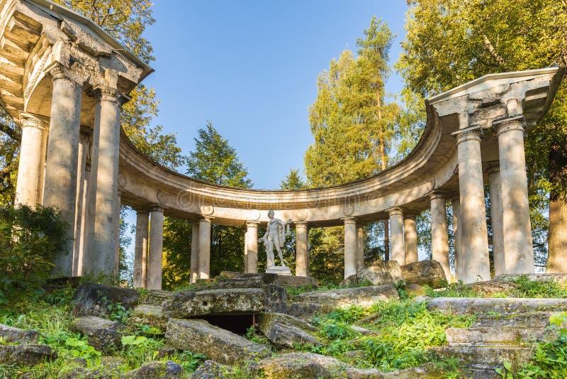 Apollo Colonnade på guld- hösttid i Pavlovsken parkerar, Ryssland arkivbilder