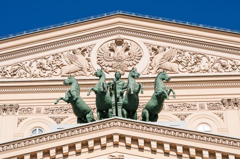 Apollo-Skulpturreiter mit Pferden auf dem Dach von einem großen Theat stockfotos