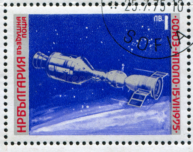 Apollo Soyuz. BULGARIA - CIRCA 1975: stamp printed by Bulgaria, shows Apollo Soyuz link-up, circa 1975 stock images