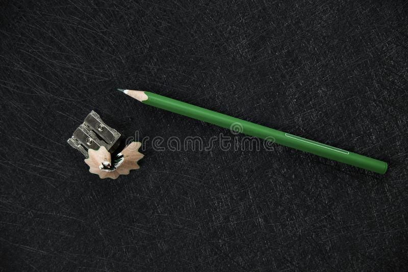 Apontador verde e desperdícios apontados imagem de stock