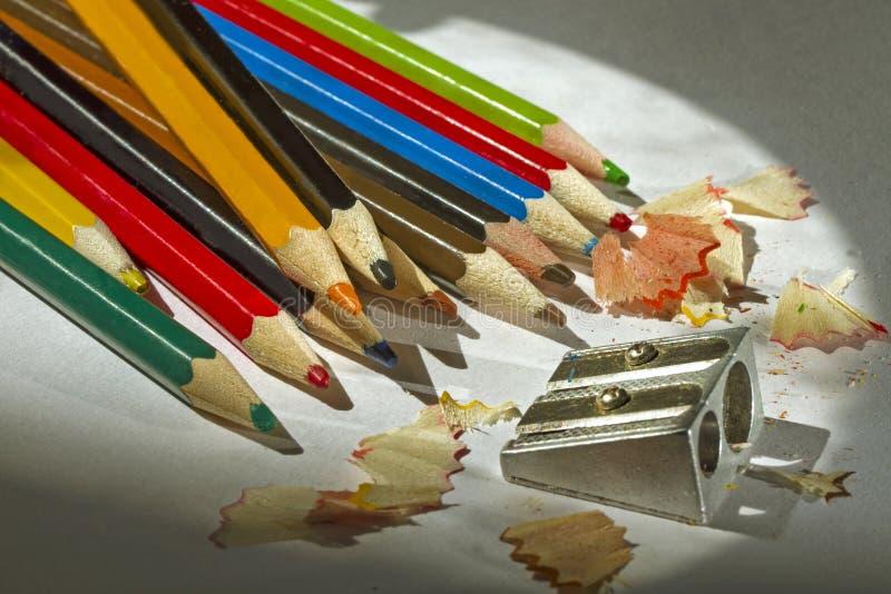 Apontando lápis coloridos os aparas fecham-se acima imagem de stock