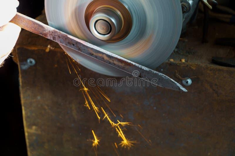 Apontando a serra circular, apontador de faca da fabricação do trabalhador uma lâmina de serra circular fotos de stock