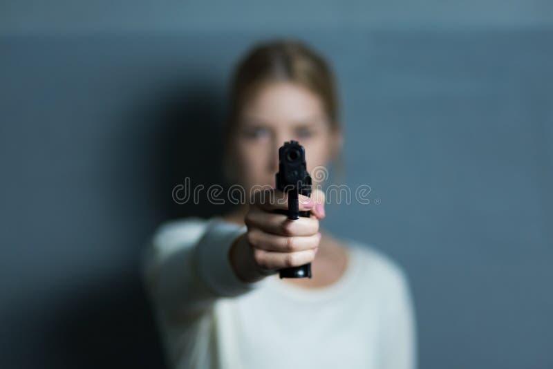 Apontando uma arma em alguém fotografia de stock