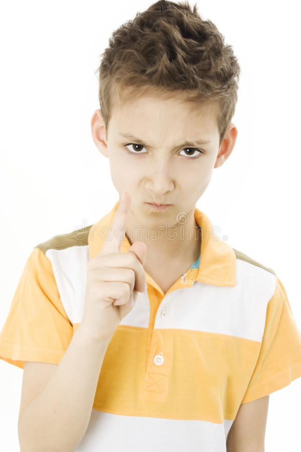 Apontar adorável do menino irritado à câmera foto de stock