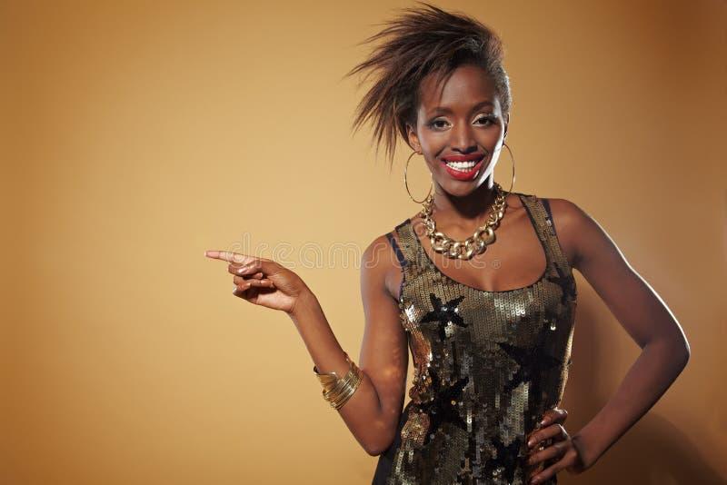 Apontar africano feliz da mulher fotografia de stock