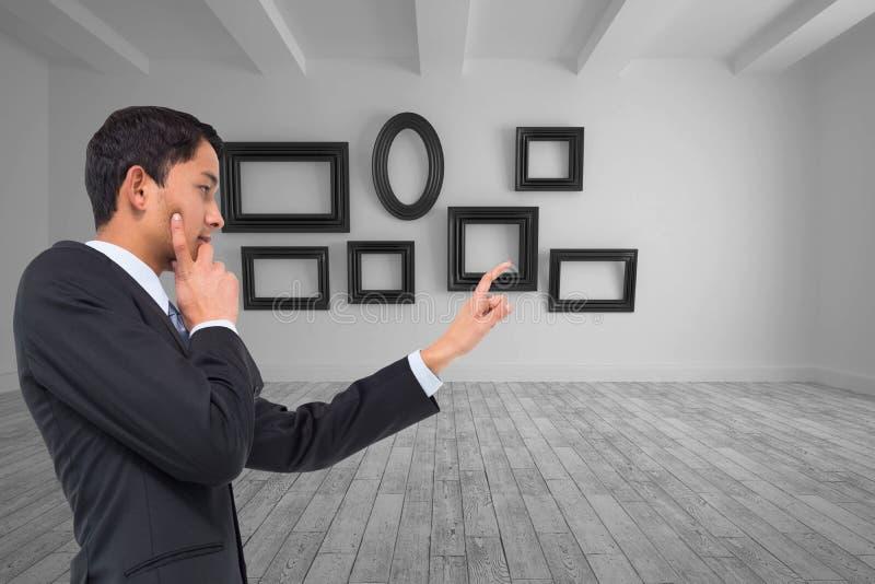 Apontar asiático pensativo do homem de negócios imagens de stock