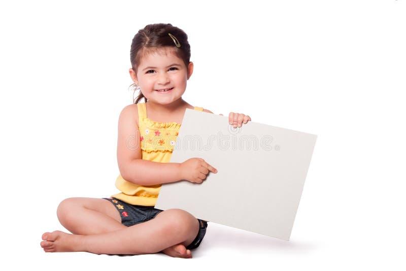 Apontar de assento da menina feliz no whiteboard imagens de stock