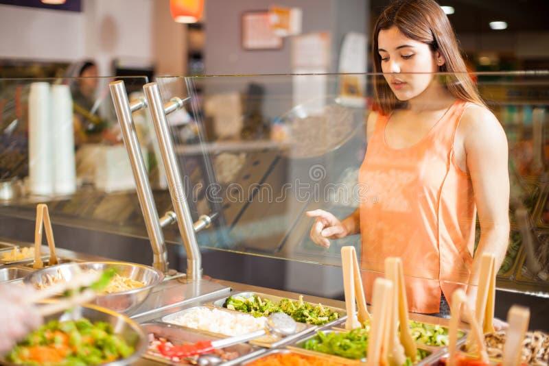 Apontar em seus ingredientes favoritos para uma salada imagem de stock