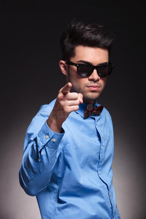 Apontar masculino parecendo jovem sério na câmera imagens de stock royalty free