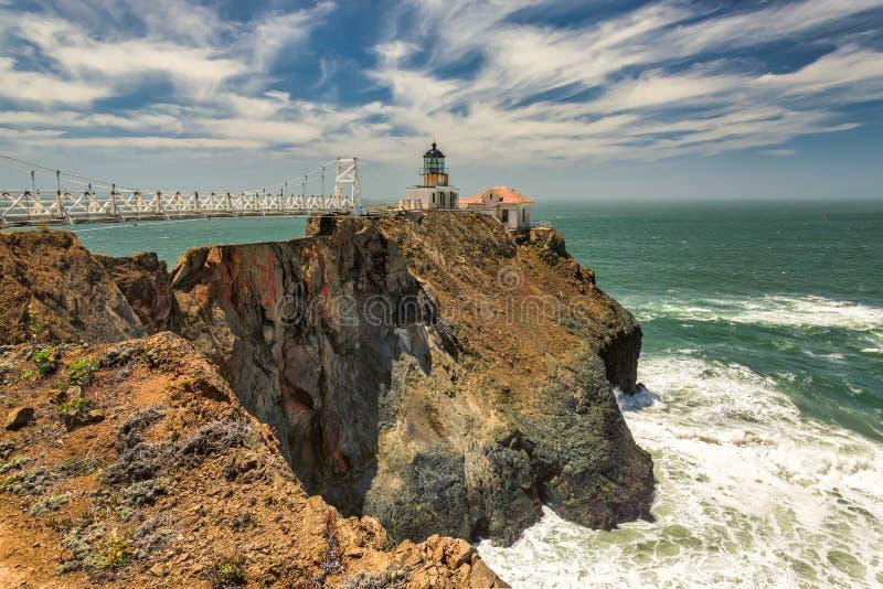 Aponte Bonita Lighthouse fora suportes de San Francisco, Califórnia na extremidade de uma ponte de suspensão bonita fotos de stock