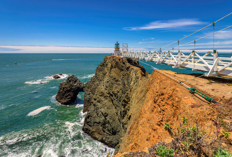 Aponte Bonita Lighthouse na rocha sob o céu azul, Califórnia fotos de stock