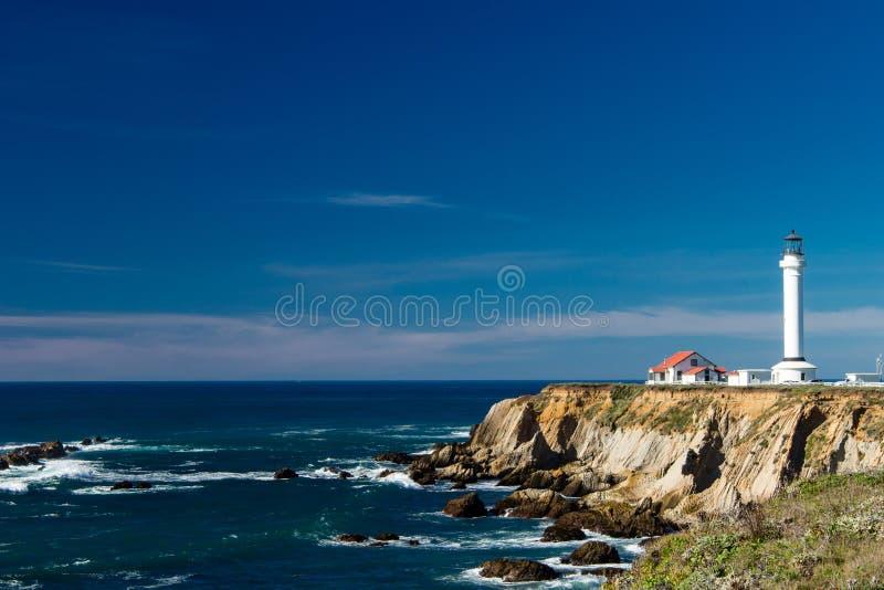 Aponte a casa clara da arena em um dia claro bonito com as nuvens claras no fundo fotografia de stock