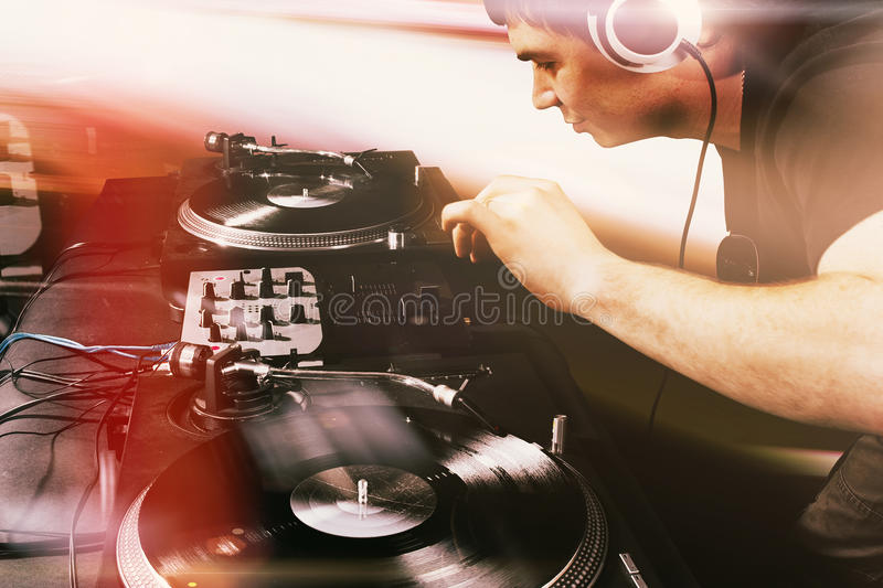 Aporree a DJ que juega música de mezcla en placa giratoria del vinilo imagen de archivo