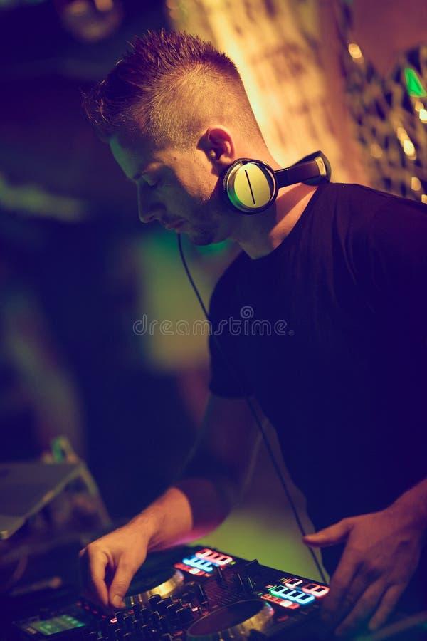 Aporree, el disco música que juega y de mezcla de DJ para la muchedumbre de gente feliz La vida nocturna, luces del concierto, se fotos de archivo libres de regalías
