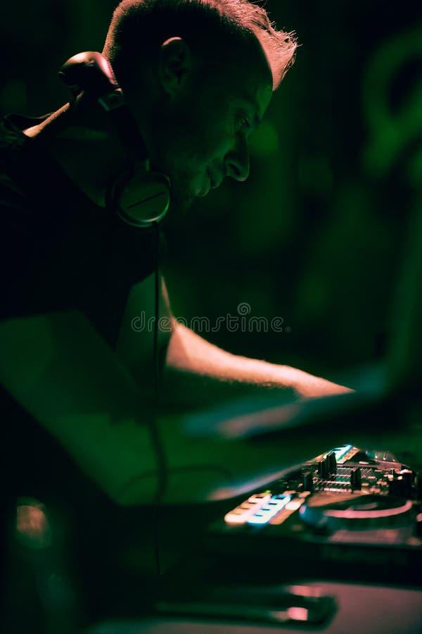 Aporree, el disco música que juega y de mezcla de DJ para la muchedumbre de gente feliz La vida nocturna, luces del concierto, se fotos de archivo