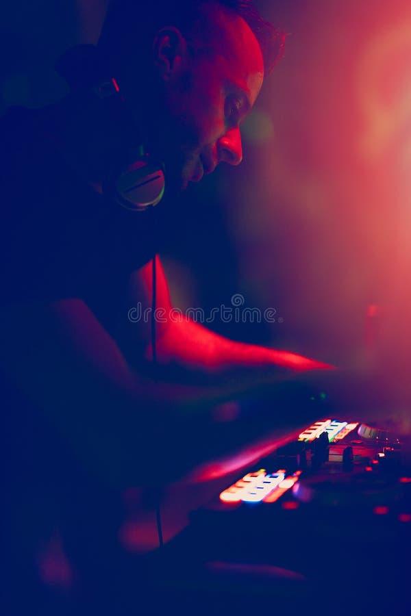 Aporree, el disco música que juega y de mezcla de DJ para la muchedumbre de gente feliz La vida nocturna, luces del concierto, se imagen de archivo