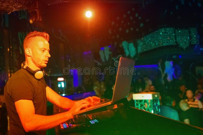 Aporree, el disco música que juega y de mezcla de DJ para la muchedumbre de gente feliz La vida nocturna, luces del concierto, se imágenes de archivo libres de regalías