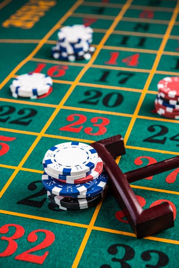 Apostando em fichas de casino no número de sorte, roleta apostando foto de stock