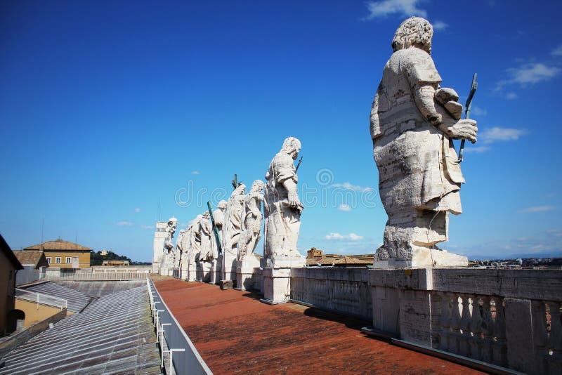 Apostelenstandbeelden op het dak van St Peter Basiliek in de stad van Vatikaan, Rome, Italië stock fotografie