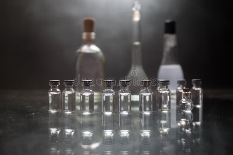 Apotek- och kemitema Glass flaska för prov med lösningen i forskningslaboratorium Vetenskaps- och läkarundersökningbakgrund labor royaltyfria bilder