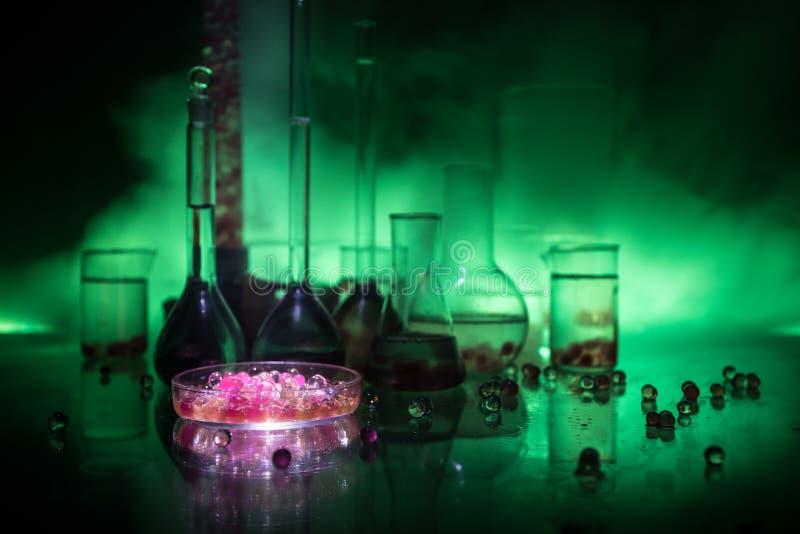 Apotek- och kemitema Glass flaska f?r prov med l?sningen i forskningslaboratorium Vetenskaps- och l?karunders?kningbakgrund labor royaltyfri fotografi