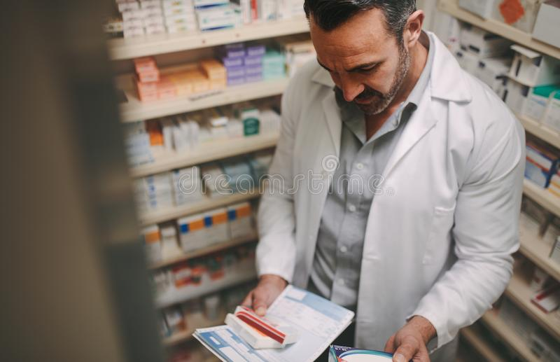 Apotekare som arbetar i ett apotek royaltyfri bild