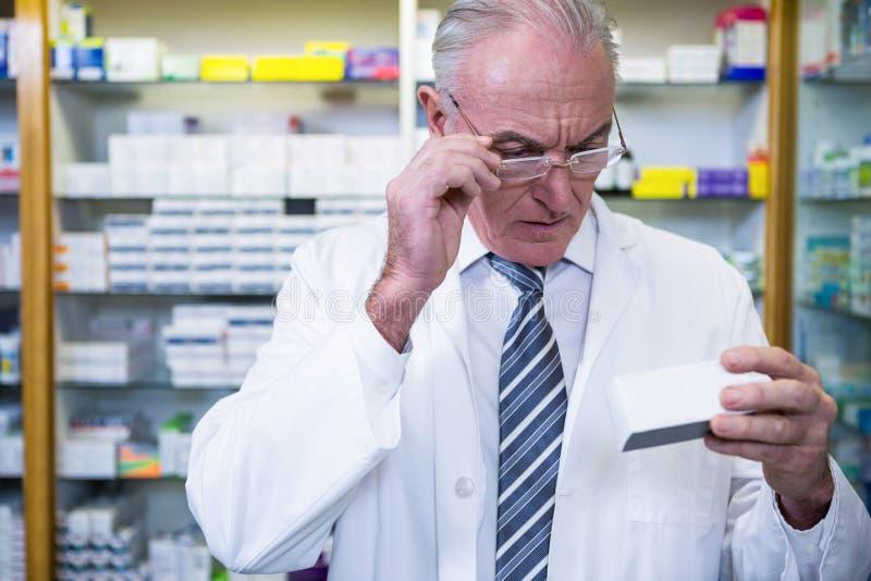 Apotekare som kontrollerar mediciner royaltyfria foton