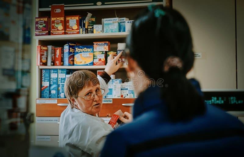 Apotekaren för arbete i Ryssland (den Kaluga regionen) royaltyfri fotografi