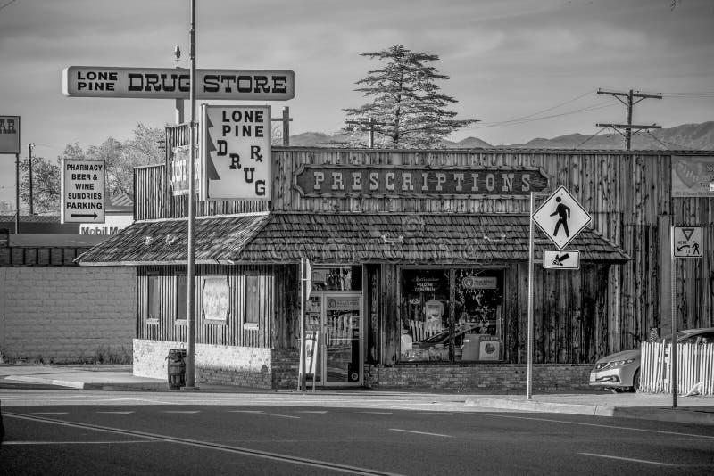 Apoteket i den historiska byn av ensamt s?rjer - ENSAMT S?RJA CA, USA - MARS 29, 2019 arkivfoto