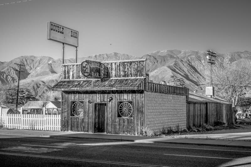 Apoteket i den historiska byn av ensamt s?rjer - ENSAMT S?RJA CA, USA - MARS 29, 2019 royaltyfri foto
