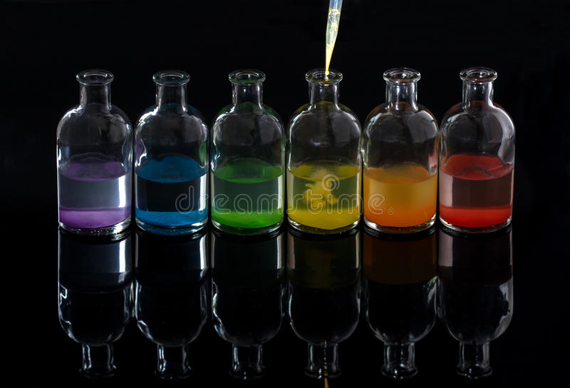 Apothecary, бутылки лаборатории с покрашенной жидкостью и пипетка стоковое фото rf